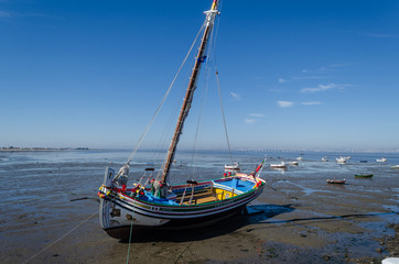 Barco varado en Alcochete, Setubal. Portugal