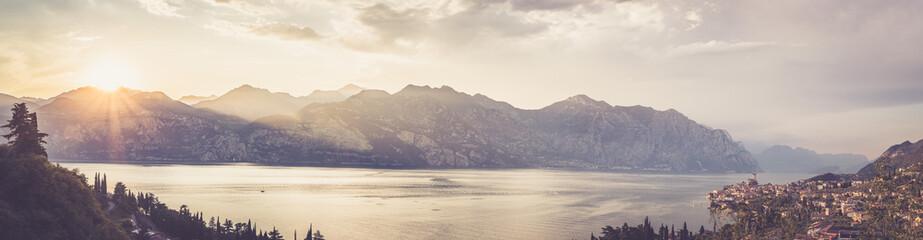 Ausblick auf Malcesine, Gardasee, Italien. Italienische Häuser, See und Berge, Panorama
