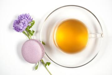 чай и миндальное печенье лежат на белом фоне