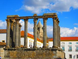 Römische Tempel Ruine in Evora Portugal vor Kirchturm