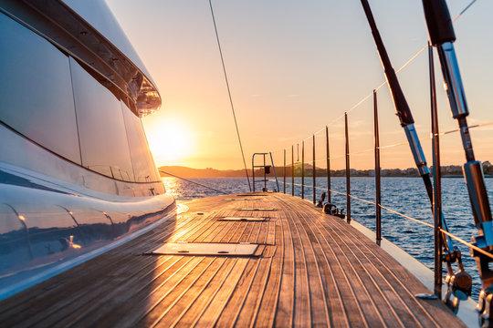 coucher de soleil en catamaran