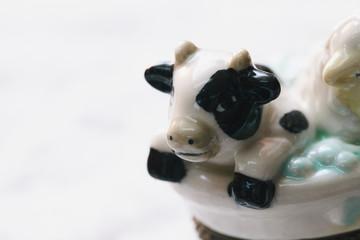 泡風呂に入る動物の陶磁器