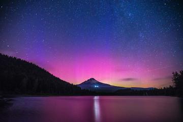 Tuinposter Noorderlicht Aurora Borealis over Mount Hood from Trillium Lake, Oregon