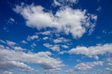 青いと白い雲