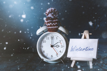 Wintertime reminder: alarmclock with a little sign