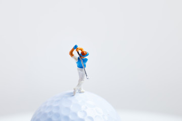ゴルフボールとミニチュアの人間