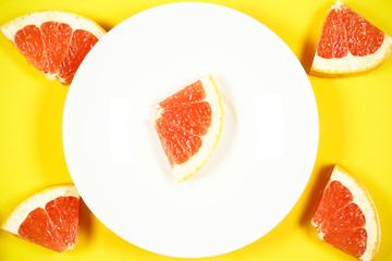 грейпфрут свежий лежит на столе есть место для записи