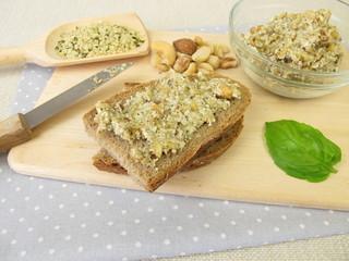 Brot mit veganer Aufstrich aus geschälten Hanfsamen, Nüssen und Kräutern