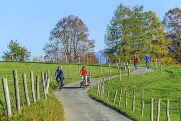 gutgelaunte Radsportler in herbstlicher Natur