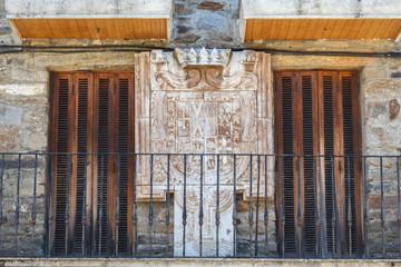 Terraza con puertas de madera y escudo de piedra. Puebla de Sanabria, Zamora, España.