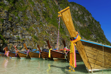 Longtail-Boote an der Maya Bay in Thailand