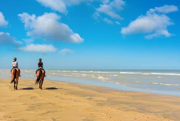 cavalières sur la plage en été