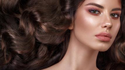 Papiers peints Salon de coiffure Beautiful brunette model with curls, classic makeup and full lips. The beauty of the face. Portrait shot in the studio.