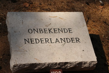 Grave stone named Onbekende Nederlander (unknown Dutch) in the field of honour in Loenen, where soldiers, resistance members, political prisoners or civilians are buried after world war 2