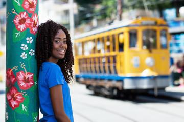Photo sur Plexiglas Rio de Janeiro Lachende Brasilianerin mit Strassenbahn in Rio de Janeiro