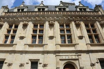 La façade Renaissance (XVIe siècle) de l'hôtel des Créneaux sur la rue Sainte Catherine à Orléans