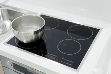 piastra ad induzione in una cucina moderna