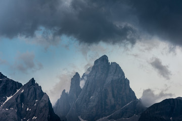 Chmury oplatające szczyty w Dolomitach, Włochy