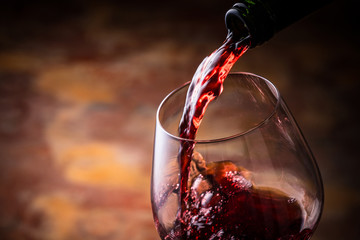 赤ワインを注ぐ