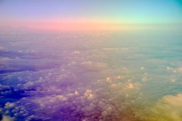 Die Welt von oben über den Wolken mit Blick auf den Erdhorizont bei Sonnenaufgang