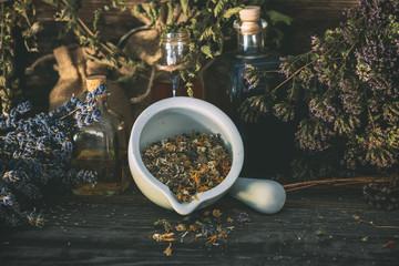 Homöopathie, getrocknete Kräuter und Blüten, Vintagelook, Kräuterhexe