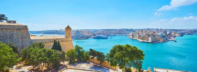 Photo sur Plexiglas Piscine Observe Grand Harbour of Valletta from St Peter and Paul bastion, Malta