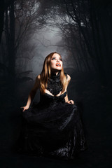 Vampir vor Waldhintergrund