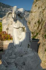 Knieende Statue aus Stein auf Sockel mit Engelsflügeln
