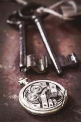 clé anciennes et montre gousset sur fond rouillé 3