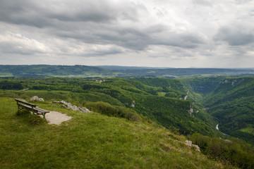 banc sur un belvédère pour contempler une vallée de montagnes et forêts la vallée de la loue à mouthier-haute-pierre