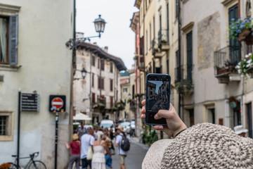 Person fotografiert Straße in Verona