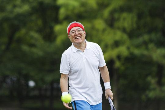 テニスを楽しむシニア男性