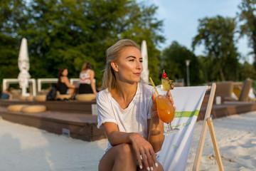 Frau mit Smartphone und Drink