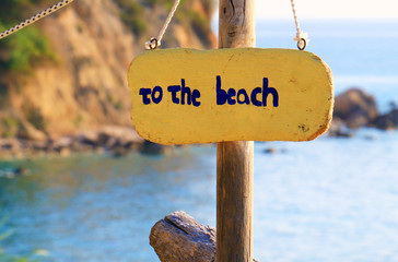 Sign with the text to the beach