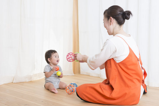 保育士と赤ちゃん