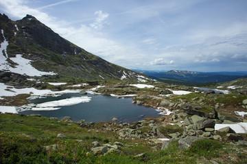 Горное очень чистое и прозрачное озеро. Великолепный летний пейзаж в горах. Шикарный вид природы