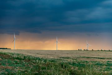 Un soir d'été, l'orage se lève sur les éoliennes et les champs de campagne en Moselle