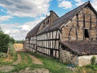 alte Gebäude mit Fachwerk und Ziegeln