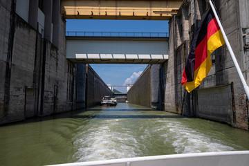 Schiff in einer Schleuse an der Donau