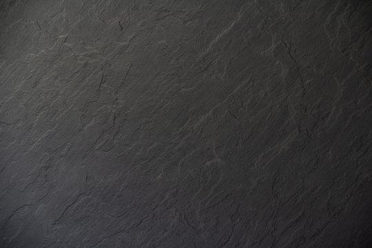 Schwarze Anthrazitplatte mit rauen Konturen als Hintergrund oder Untergrund. Anthrazit Textur