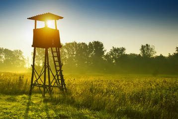 Photo sur Plexiglas Chasse Lookout tower for hunting at dawn