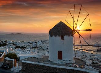 Wall Mural - Windmühle über Mykonos Stadt bei einem idyllischem Sonnenuntergang, ohne Leute, ohne Stromleitungen