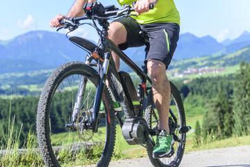 Unterwegs auf dem Bike im Gebirge mit elektrischer Unterstützung