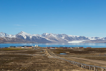 Fotobehang Poolcirkel street to Ny Alesund town, Svalbard, Spitsbergen, blue sky