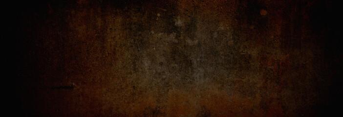 Textur einer fast schwarzen, rostfarbenen und alten Betonwand, auf die leichtes Licht fällt in XXXL als moderner Hintergrund