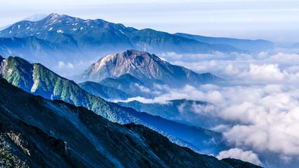 槍ヶ岳、焼岳と朝日を浴びる雲海、登山、北アルプス、絶景、日本