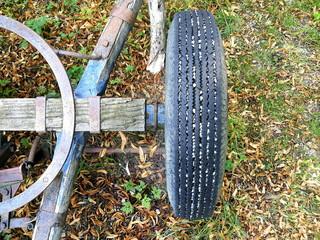 Lenkachse mit abgefahrenem Reifem eines alten Anhänger für den Abtransport von Holz aus dem Wald auf einem Bauernhof in Rudersau bei Rottenbuch im Pfaffenwinkel in Bayern