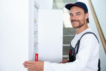 Elektriker arbeitet an einem Sicherungskasten, Elektroinstallation