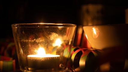 Romantisches Kerzenlicht Party Feiern bei Nacht Luftschlangen Gemütlich
