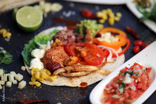 Mexikanisches Essen Mit Hähnchen Guacamole Tomaten Mais Stock Photo